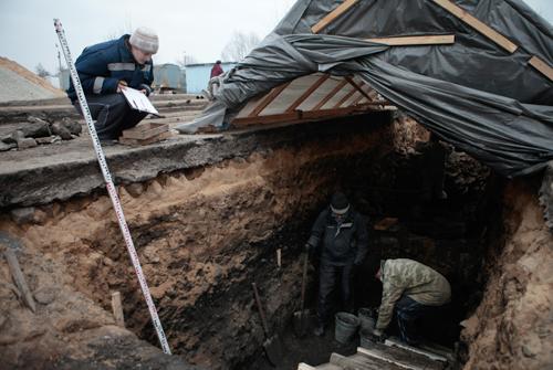 Откапываемые сооружения находятся под слоем пепла и углей толщиной около 40 см. и около одного метра глины.