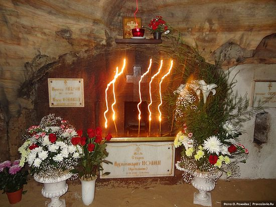 Гроб духовника - наставника Президента России, Иоанна Крестьянкина, при жизни считавшегося святым.