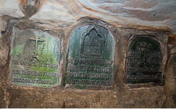 Керамические печати, закрывающие камеры с гробами умерших.