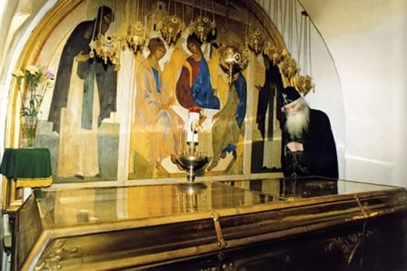 Гроб с нетленными мощами Преподобного Корнилия Печерского.