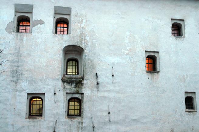 Оконные проёмы палат расположены так, чтобы затруднить пристрелку по ним, в случае осады.