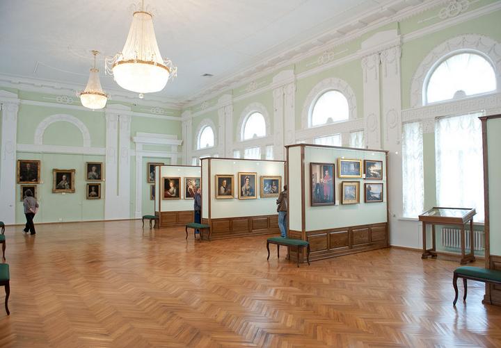 Экспозиция предметов живописи.