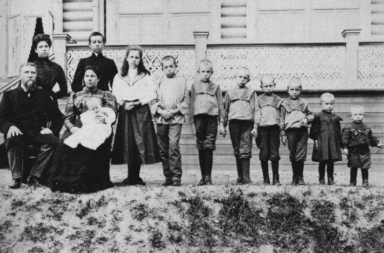 Обычная русская семья 100 лет назад.