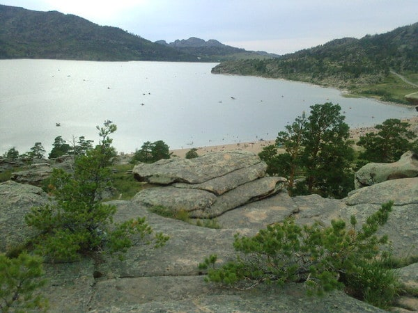 """Der größte See ist der Sabyndykol (rus. оз. Сабындыколь, kasach. Сабындыкөл, wörtlich """"Seifensee""""), an dessen Ufer die Siedlung Bajanaul liegt."""