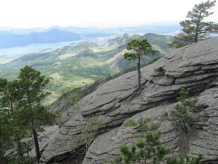 Pohled z nejvyšší hory Akbet