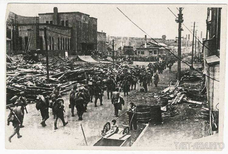Советские войска на улицах города Маока (ныне город Холмск) Август 1945 года.