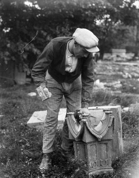 """1930. Brüssel. Der Steinmetz erschafft ein """"Wunder gotischen Dekors""""."""