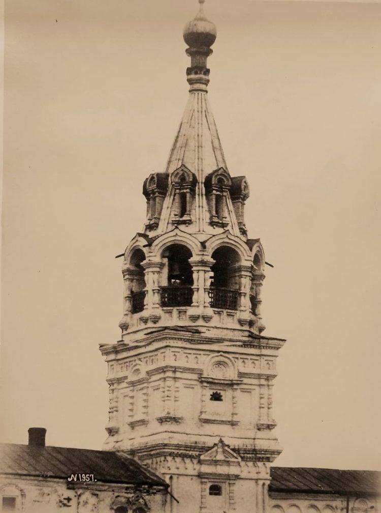 Вид верхней части колокольни церкви Косьмы и Дамиана в Садовниках