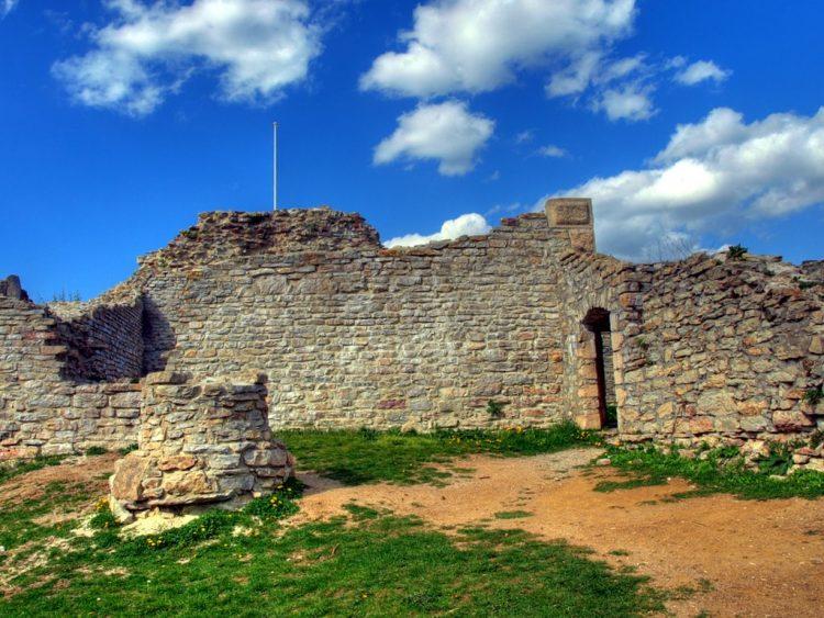Замок XIII века Медведград в Хорватии