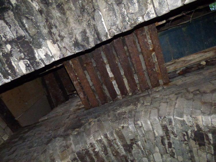 Вид из топки вверх. Низ загрузочной колонны отделён решёткой из швеллеров