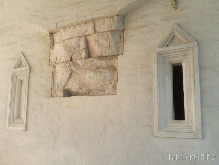 Каменные блоки в более поздней кирпичной кладке XVI в.