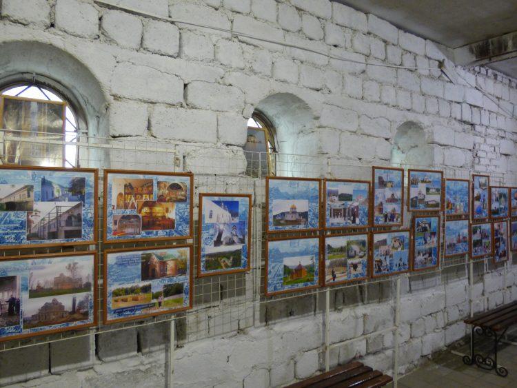 Внешняя стена с окнами, на 3/4 находящимися ниже уровня мостовой