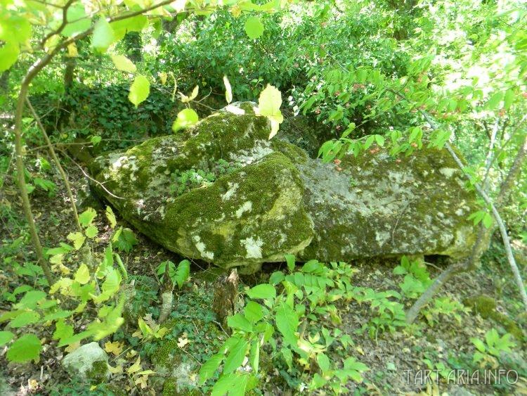 Обломок у подножия столовой горы, с сохранившимися следами обработки