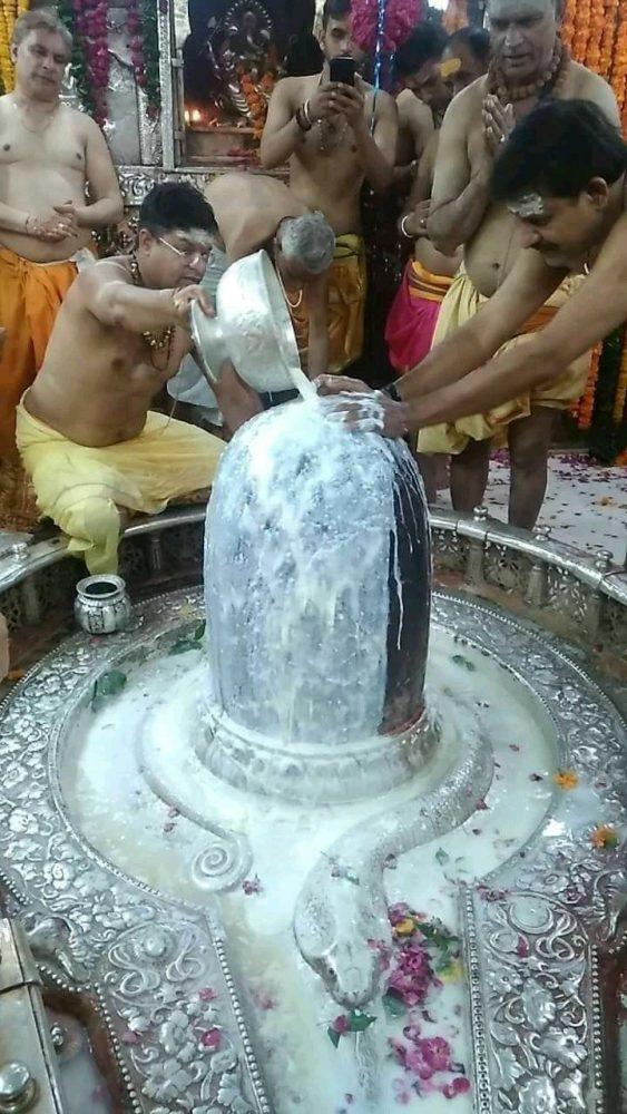 Современный обряд освящения Лингама Шивы.