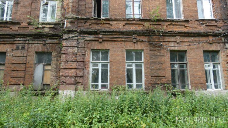 Задний фасад дома. Вид со склона.