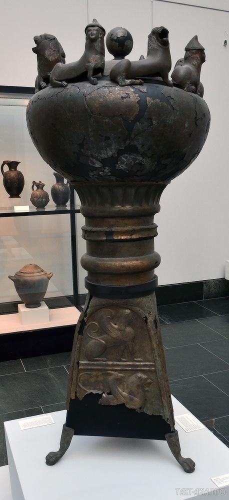 Тренога для хранения вина. Мюнхенская коллекция антиквариата, 530 г. до н.э. Источник