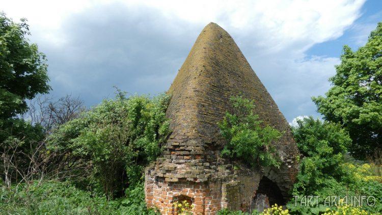 Сабуровская крепость. Пирамиды возле храма. Округлый угол