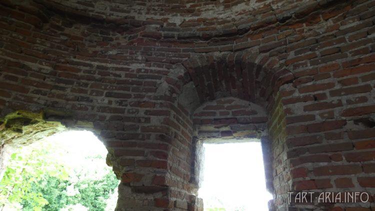 Сабуровская крепость. Южная угловая башня изнутри. Прямые арочные окна