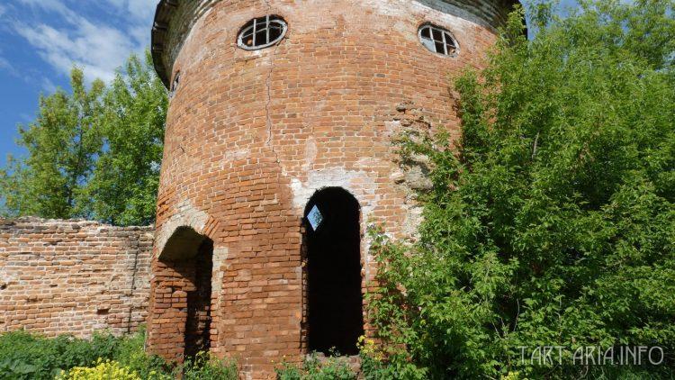 Кирпичи крепостной стены и башни, разного цвета