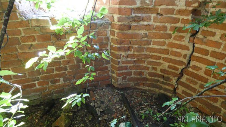 """Справа от трещины - отошедший луч, по центру крепостная стена, кладка слева - """"пристройка"""""""