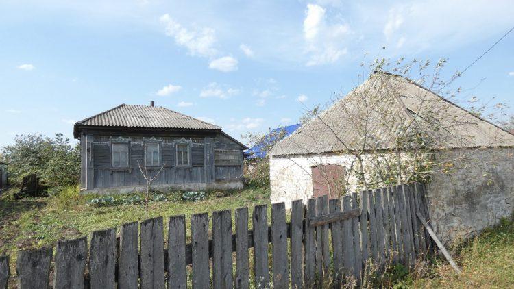 Кладовая из белого камня, в соседнем селе. При этом сам дом - деревянный!