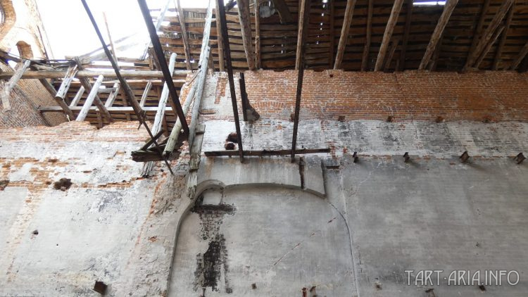Прямо над аркой, в центре фото - три двутавра, а левее, стяжка с замком