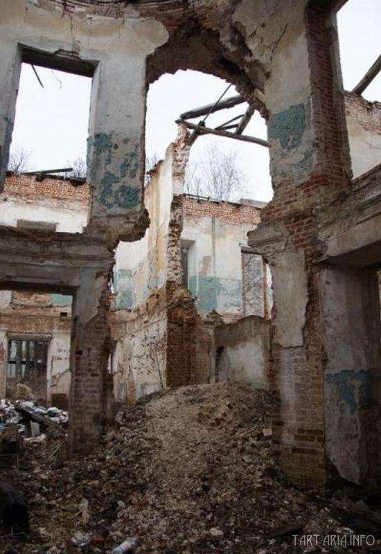 Разрушенные здания - источник кирпича для новых строек